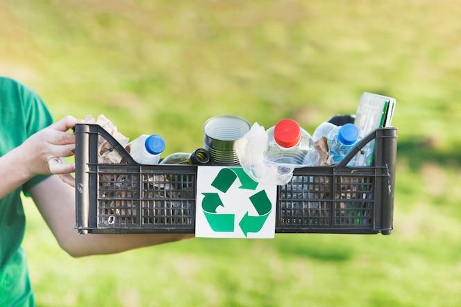 Concepto de reciclaje con caja de basura