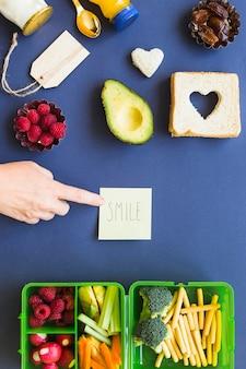 Concepto de signo de sonrisa con espacio de almuerzo vegano