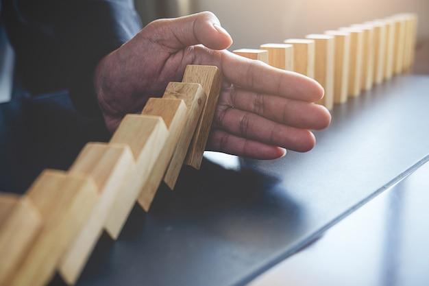 Concepto de solución y efecto domino. desactivado y enfoque de cerca. enfoque selectivo.