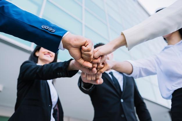 Concepto de teamwork con gente de negocios