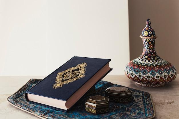 Concepto decorativo de ramadán con corán