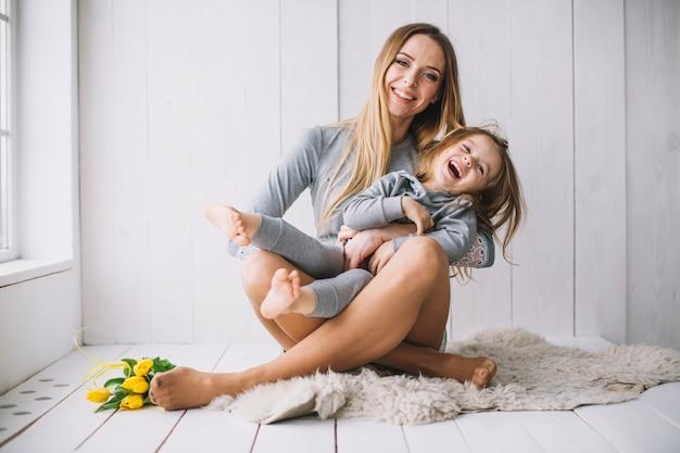 Concepto del día de la madre con madre e hija alegres