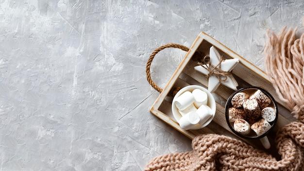 Concepto de delicioso chocolate caliente con espacio de copia