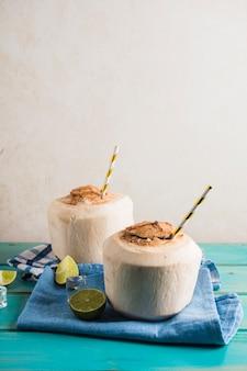 Concepto de delicioso smoothie de coco