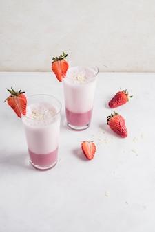 Concepto de delicioso smoothie de fresa