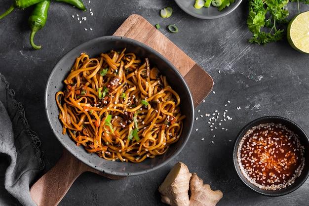 Concepto de deliciosos fideos asiáticos