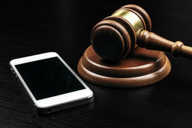 Concepto de delito cibernético. juez martillo y tableta en la mesa