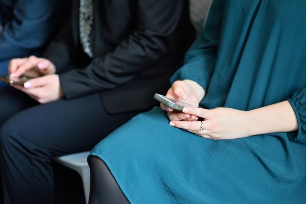 Concepto de dependencia telefónica. mujer que sostiene el dispositivo y toca la pantalla o escribe un mensaje