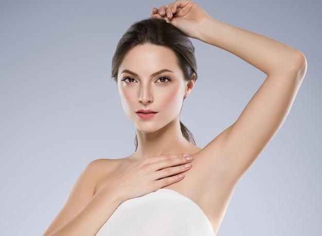 Concepto de depilación mujer axila mano piel limpia. tiro del estudio.