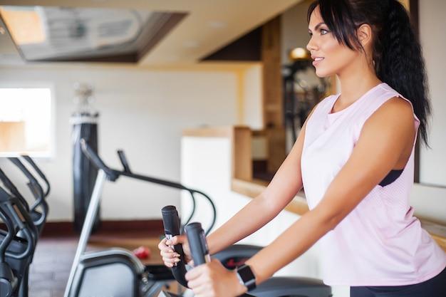 Concepto de deporte y estilo de vida saludable. ejercicio de piernas haciendo ejercicios cardiovasculares en bicicleta