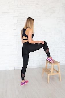 Concepto de deporte femenino. mujer fitness en ropa de estilo deportivo. vista posterior de mujer deportiva