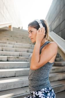 Concepto de deporte urbano con mujer joven