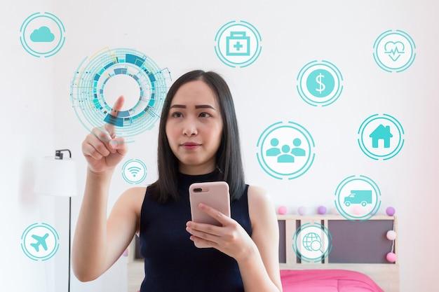 Concepto de desarrollo de internet de las cosas de iot, la mujer muestra el concepto de iot.