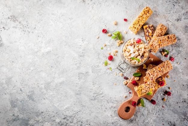 Concepto de desayuno y merienda saludable, granola casera con frambuesas frescas