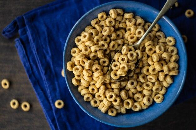 Concepto de desayuno en mesa de madera