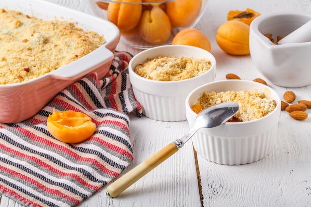 Concepto de desayuno para la salud, pastel de crumble de albaricoque