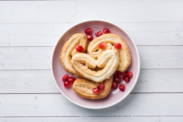Concepto de desayuno de san valentín. corazones de galletas en una mesa blanca. copia espacio, plano.