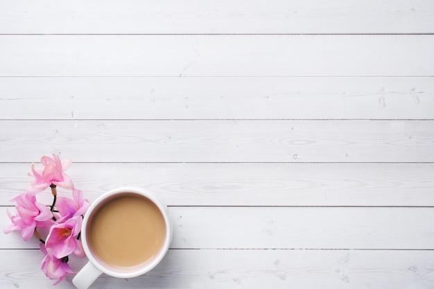 Concepto de desayuno de san valentín. taza de café sobre una mesa blanca. copia espacio, plano.