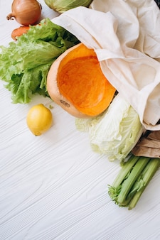 Concepto de desperdicio cero. compra de alimentos sin empaque. bolsa natural ecológica con frutas y verduras orgánicas. concepto de estilo de vida sostenible. artículos sin plástico. reutilizar, reducir, rechazar.
