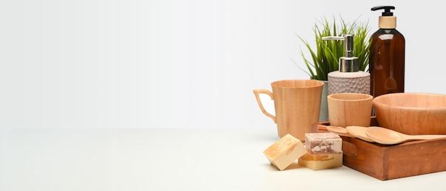 Concepto de desperdicio cero, la mesa con utensilios de cocina de madera, maceta y espacio de copia, escena creativa, de cerca