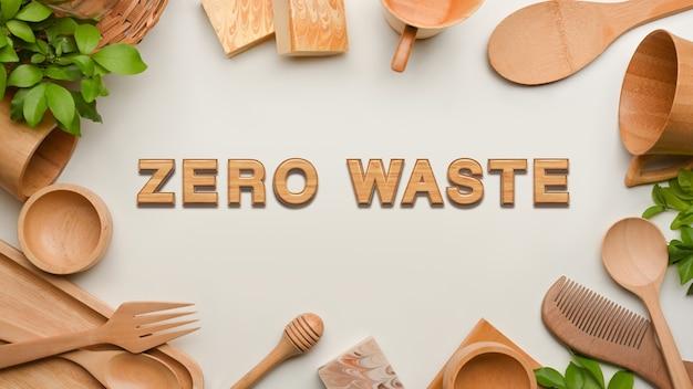 Concepto de desperdicio cero, utensilios de cocina de madera y espacio de copia sobre fondo blanco.