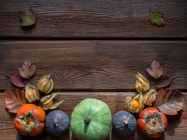 Concepto de día de acción de gracias. composición acogedora con frutas y verduras.