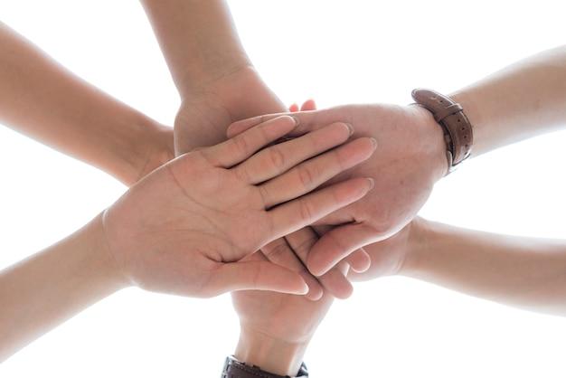 Concepto de día de la amistad las manos golpean y se unen en el fondo blanco.