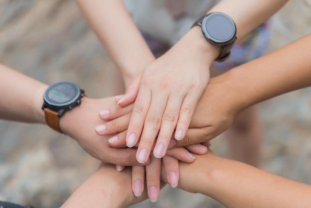 Concepto de día de la amistad las manos golpean y se unen.