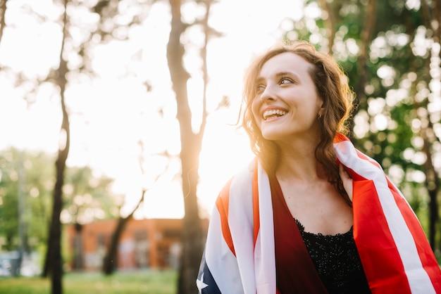 Concepto del día de la independencia con chica feliz en el bosque