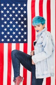 Concepto para el día de la independencia de eeuu con mujer punk