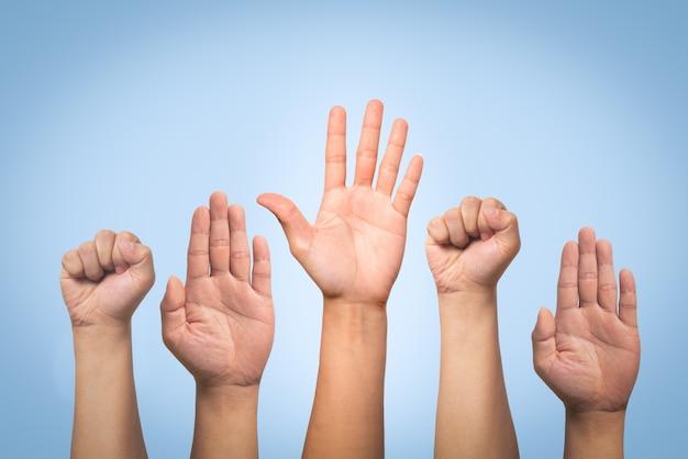 Concepto del día internacional de los derechos humanos, levantar la mano.