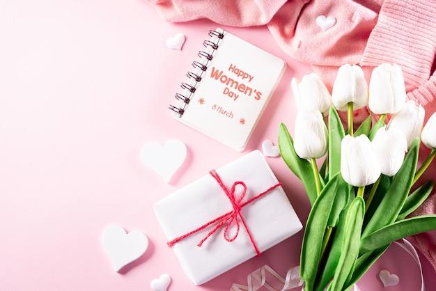 Concepto del día internacional de la mujer sobre fondo rosa pastel. aplanada, 8 de marzo.