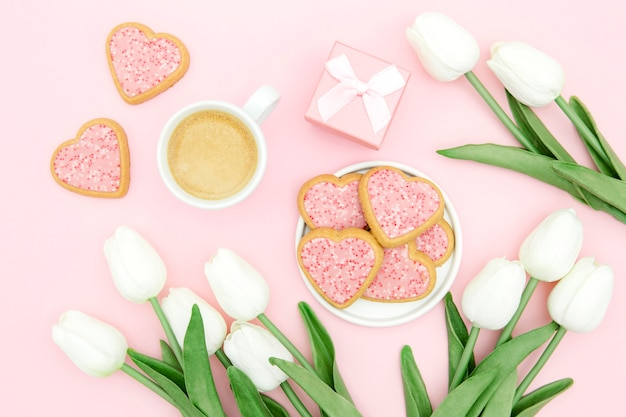 Concepto del día de la madre con tulipanes y galletas