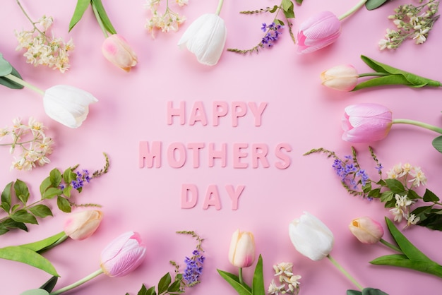 Concepto de día de la madre. vista superior de flores en marco con el texto feliz del día de madres
