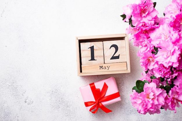 Concepto de dia de las madres con calendario y flores.