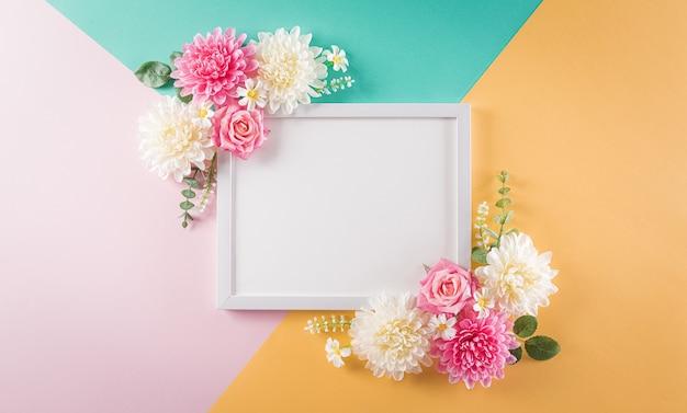 Concepto de día de la mujer feliz, hermosa flor con marco de imagen