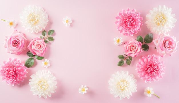 Concepto de día de la mujer feliz, rosas rosadas con marco de flores hermosas