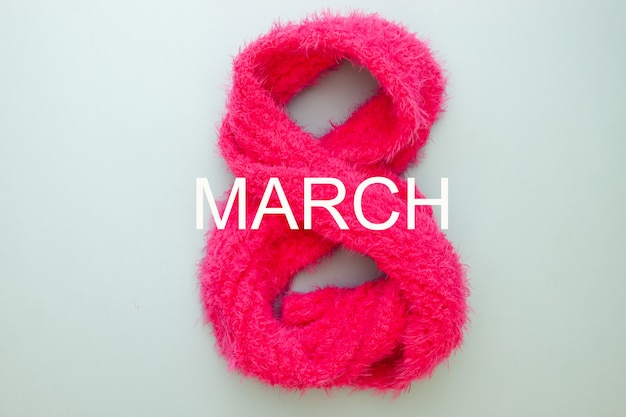 Concepto de día de la mujer. ocho números hechos de bufanda rosa. 8 de marzo
