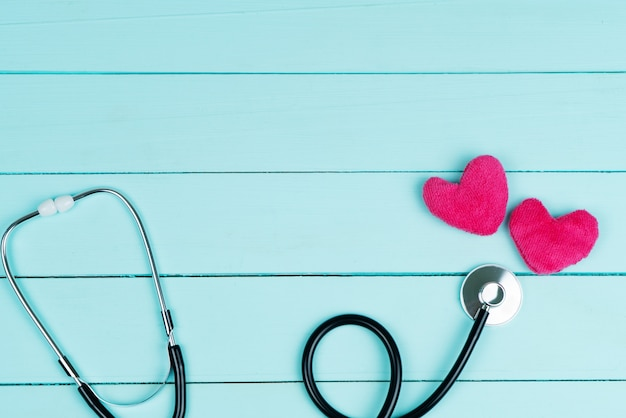 Concepto del día mundial de la salud del corazón y seguro médico de salud con corazón rojo y estetoscopio