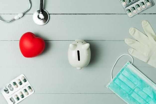 Concepto del día mundial de la salud y seguro médico de salud con corazón rojo e instrumento médico sobre fondo de madera