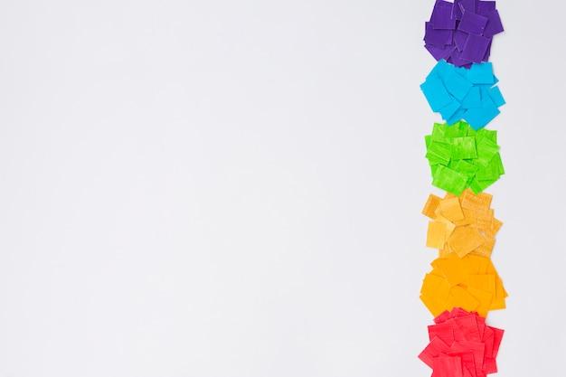 Concepto del día del orgullo montones de papel de colores