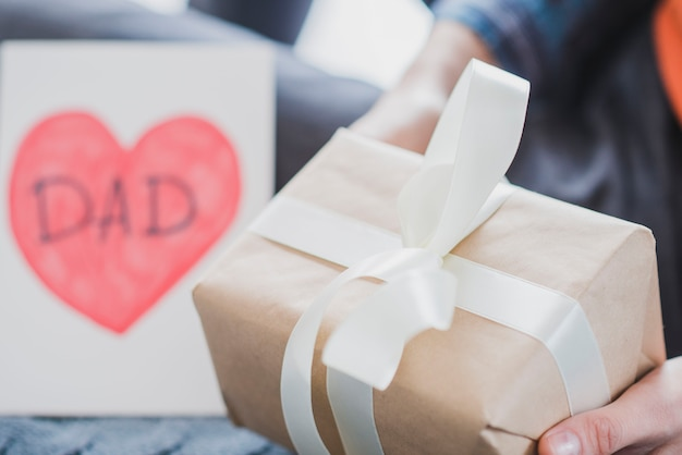 Concepto para el día del padre con caja de regalo