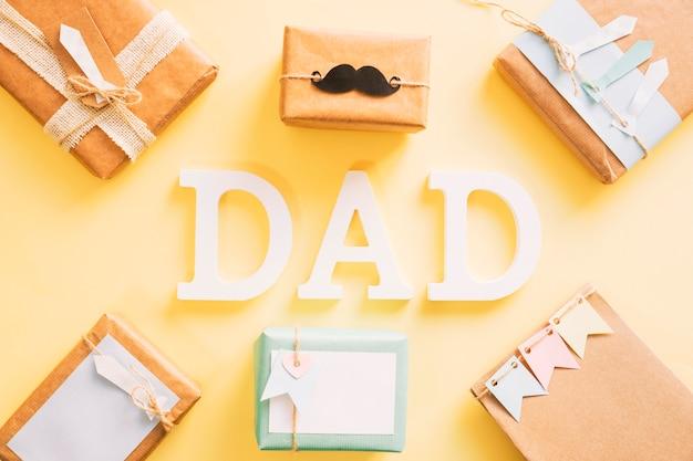 Concepto del día del padre con cajas de regalo