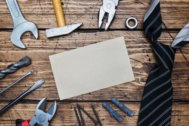 Concepto del día del padre. corbatas y herramientas para reparación y construcción.