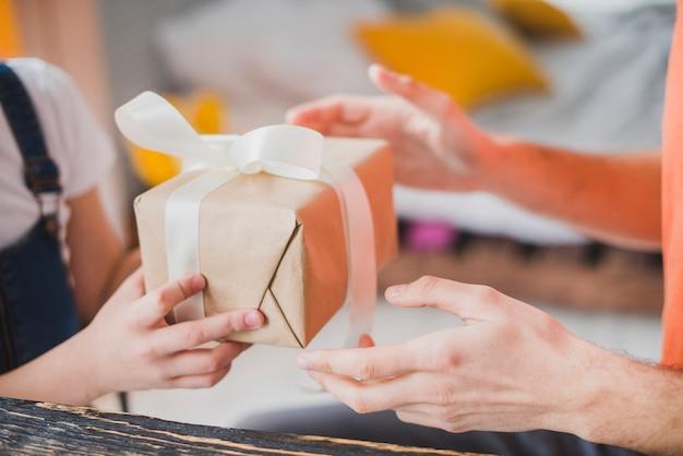 Concepto para el día del padre con hija dando regalo