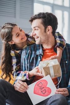 Concepto para el día del padre con hija joven