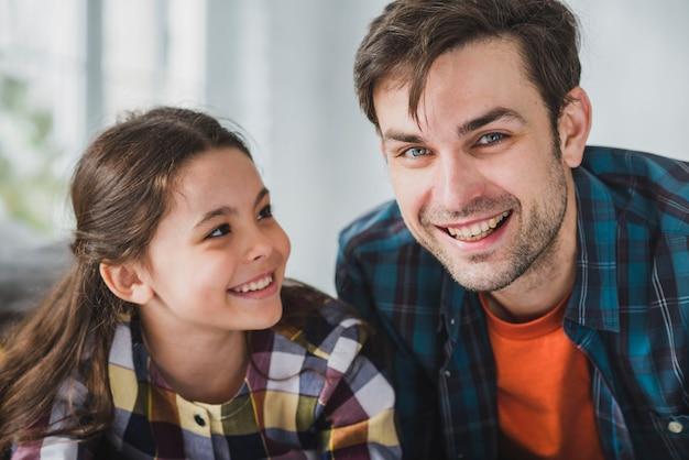 Concepto para el día del padre con padre e hija sonrientes