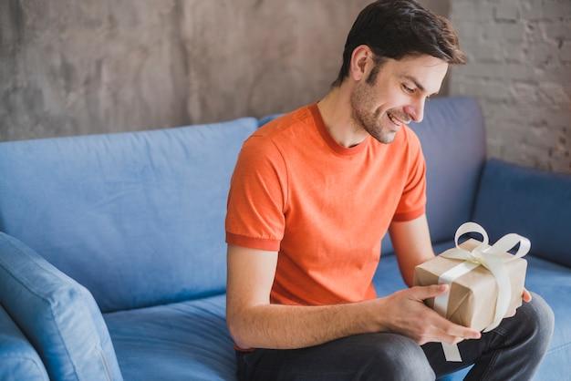 Concepto para el día del padre con padre recibiendo regalo