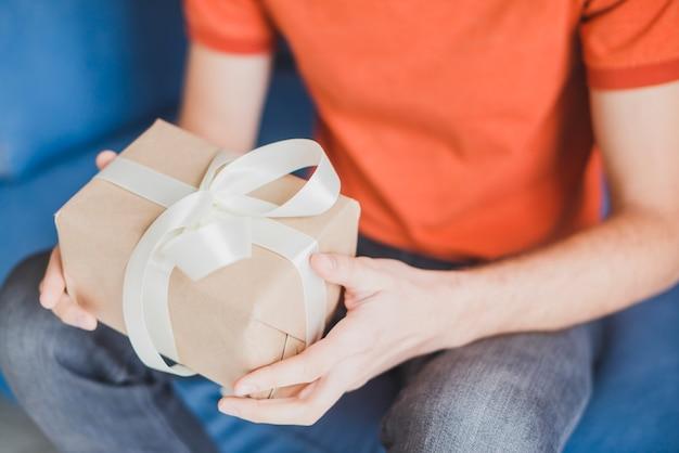 Concepto para el día del padre con padre sujetando regalo en manos