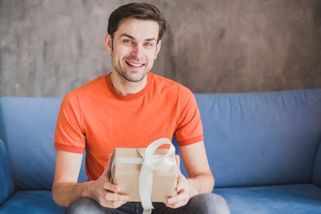 Concepto para el día del padre con padre sujetando regalo